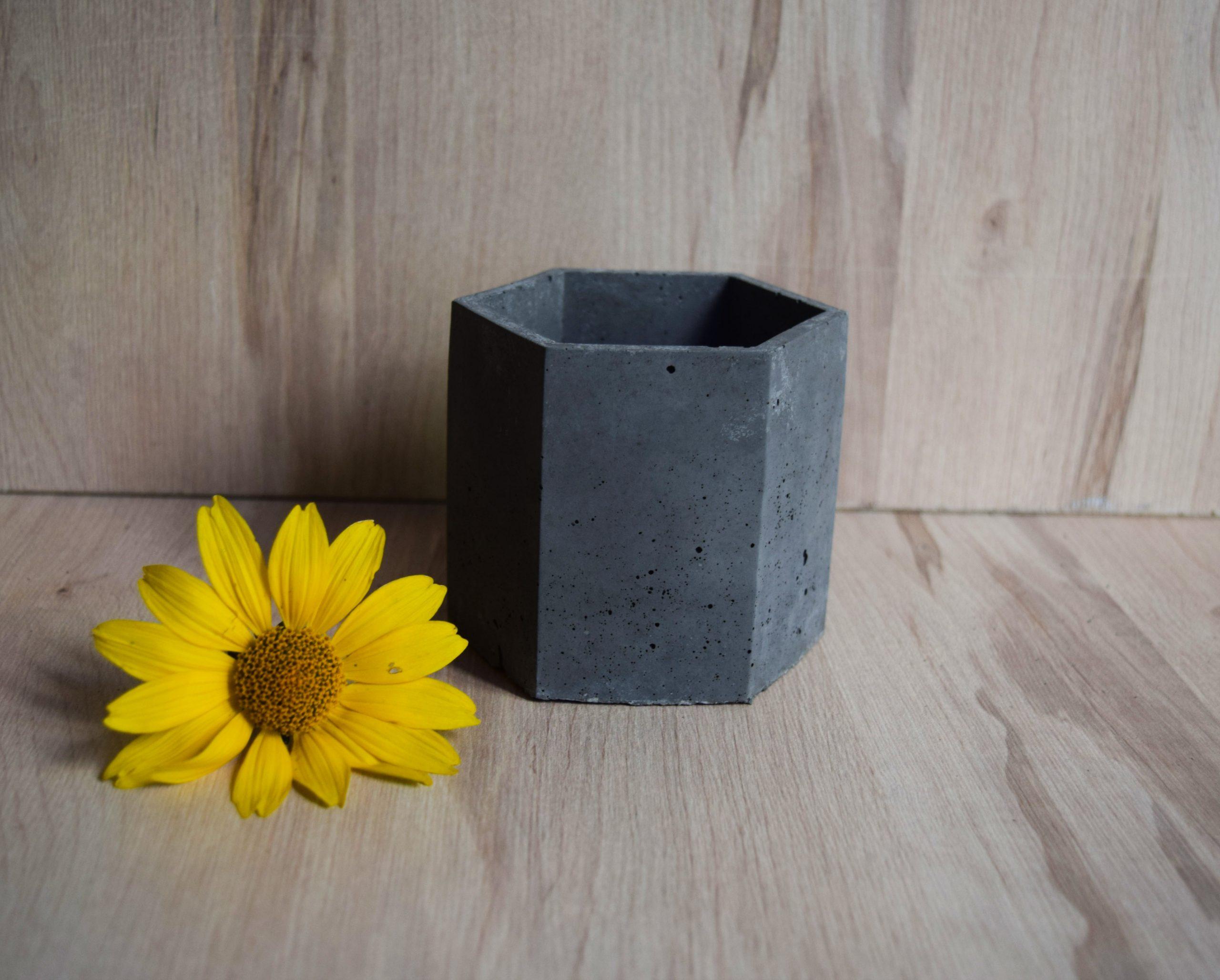 Osłonka betonowa ciemnoszara sześciokątna