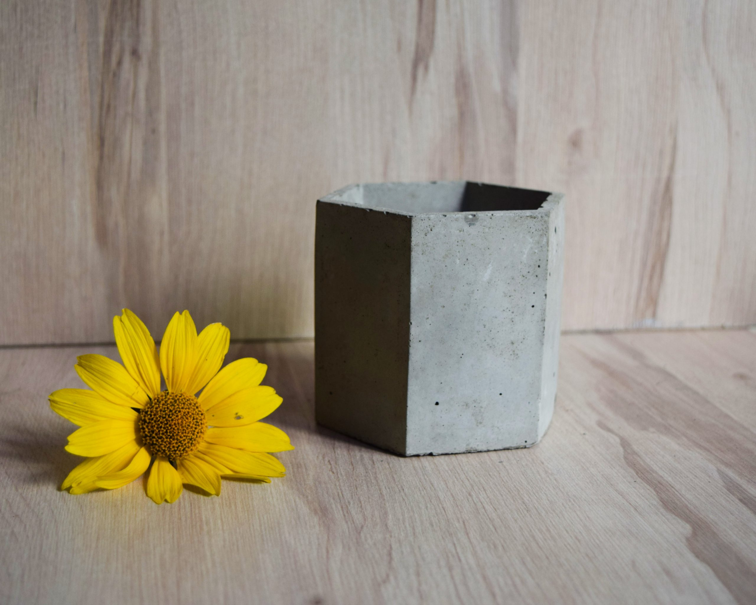 Osłonka betonowa jasnoszara sześciokątna